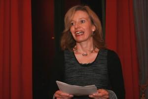 Susanne Lewalter, Leiterin des Literaturhauses Wiesbaden, begrüßt die Gäste der ordentlich besuchten Veranstaltung.