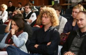 Das vorwiegend studentische Publikume verfolgte gespannt die Vorträge. In den Pausen kam man bei Kaffe, Kuchen oder wahlweise alkohlischen Getränken rasch miteinander ins Gespräch.