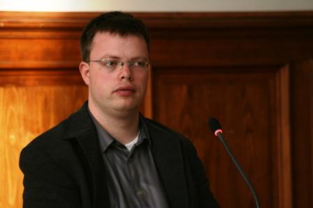 Nachwuchswissenschaftler Benjamin Conrad (Universität Mainz) moderierte fachkundig die Diskussion und sorgte für eine ausgewogene Verteilung der Redeanteile.