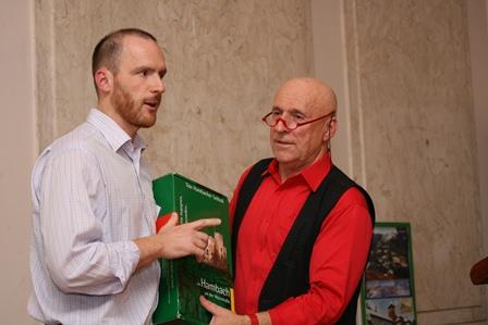 Geschichtsträchtiger Wein im Dienste der Völkerfreundschaft: Tomasz Horyd (1. Vorsitzender) überreicht Martin Graff eine Weinspende des DPG-Freundes Ludwik Haass
