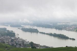 Der Rheingau unter dunkelen Wolken