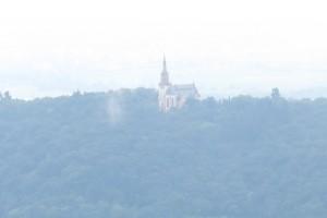Im Dunst auf der anderen Rheinseite: Die Rochuskapelle über Bingen.